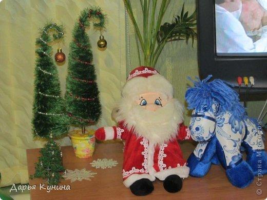 Не знаю, на сколько будет актуален этот пост в середине мая))))) но, все-таки решила выложить фото своих новогодних работ))) Дед Мороз и Коняшка покупные игрушки)))) поставила для красоты. фото 1
