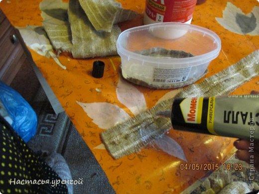 для  работы потребуются: мешковина, кофе, джутовый шпагат, пластиковый круглый контейнер для пищи, пластиковая тара из под чего нибудь(у меня из-под сельди), проволочка, картон. фото 6