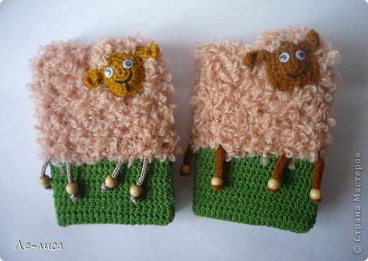 2015 -год Овцы. Пора готовить отару на подарки. Хочу поделиться своими идеями. Обыгрывать овец можно по разному, но просто игрушки мне не интересны, поскольку дети  уже выросли. Лично я люблю практичные подарки, которые пригодятся в быту.  Эти овцы- чехлы на бутылки, мы же собираемся отмечать Новый год? фото 25