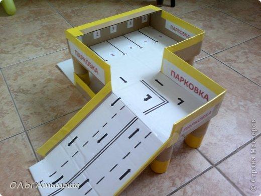 Как сделать парковку для машинок из коробки в ютубе