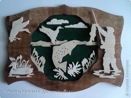 Эту объемную картину Миша уже когда то делал, вырезая все из картона, а на этот раз сделал из фанеры. Фоном служит зеленый бархат. Конечно же, не трудно догадаться, что сделана она была в подарок заядлому рыболову
