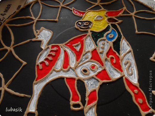 Вдохновили на эту работу, так сказать, дали толчок панно с гороскопом Танечки Сорокиной https://stranamasterov.ru/node/764282 . Идея сделать шпатлёвочные узоры в цвете пришла, когда Наташа ( Polihrony)  познакомила меня со шпатлёвочными работами Келтмы   http://www.liveinternet.ru/users/keltma/rubric/4338744/. Но Наташа Воробьёва (keltma) работала с замечательными красками Pebeo Prizma, дающих потрясающе интересный и иногда непредсказуемый эффект.  У меня таких красок нет, а попробовать очень хотелось. Взяла обычные акриловые глянцевые краски. Дома были только такие яркие краски, получилось что - то типа витража. фото 3