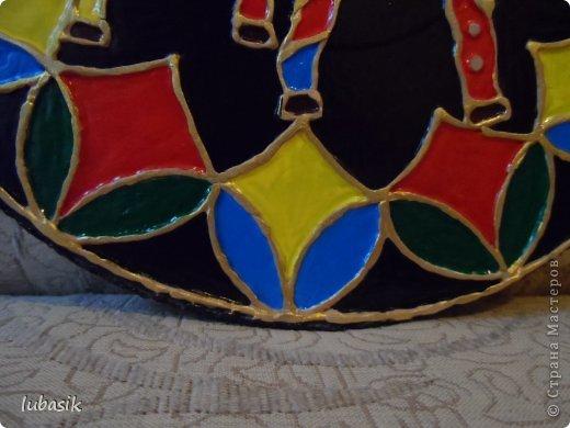 Вдохновили на эту работу, так сказать, дали толчок панно с гороскопом Танечки Сорокиной https://stranamasterov.ru/node/764282 . Идея сделать шпатлёвочные узоры в цвете пришла, когда Наташа ( Polihrony)  познакомила меня со шпатлёвочными работами Келтмы   http://www.liveinternet.ru/users/keltma/rubric/4338744/. Но Наташа Воробьёва (keltma) работала с замечательными красками Pebeo Prizma, дающих потрясающе интересный и иногда непредсказуемый эффект.  У меня таких красок нет, а попробовать очень хотелось. Взяла обычные акриловые глянцевые краски. Дома были только такие яркие краски, получилось что - то типа витража. фото 8