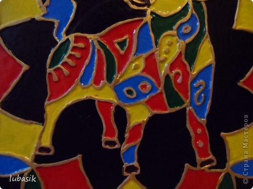 Вдохновили на эту работу, так сказать, дали толчок панно с гороскопом Танечки Сорокиной https://stranamasterov.ru/node/764282 . Идея сделать шпатлёвочные узоры в цвете пришла, когда Наташа ( Polihrony)  познакомила меня со шпатлёвочными работами Келтмы   http://www.liveinternet.ru/users/keltma/rubric/4338744/. Но Наташа Воробьёва (keltma) работала с замечательными красками Pebeo Prizma, дающих потрясающе интересный и иногда непредсказуемый эффект.  У меня таких красок нет, а попробовать очень хотелось. Взяла обычные акриловые глянцевые краски. Дома были только такие яркие краски, получилось что - то типа витража. фото 6