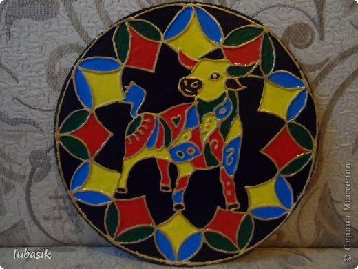 Вдохновили на эту работу, так сказать, дали толчок панно с гороскопом Танечки Сорокиной https://stranamasterov.ru/node/764282 . Идея сделать шпатлёвочные узоры в цвете пришла, когда Наташа ( Polihrony)  познакомила меня со шпатлёвочными работами Келтмы   http://www.liveinternet.ru/users/keltma/rubric/4338744/. Но Наташа Воробьёва (keltma) работала с замечательными красками Pebeo Prizma, дающих потрясающе интересный и иногда непредсказуемый эффект.  У меня таких красок нет, а попробовать очень хотелось. Взяла обычные акриловые глянцевые краски. Дома были только такие яркие краски, получилось что - то типа витража. фото 1