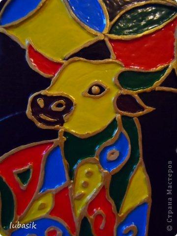 Вдохновили на эту работу, так сказать, дали толчок панно с гороскопом Танечки Сорокиной https://stranamasterov.ru/node/764282 . Идея сделать шпатлёвочные узоры в цвете пришла, когда Наташа ( Polihrony)  познакомила меня со шпатлёвочными работами Келтмы   http://www.liveinternet.ru/users/keltma/rubric/4338744/. Но Наташа Воробьёва (keltma) работала с замечательными красками Pebeo Prizma, дающих потрясающе интересный и иногда непредсказуемый эффект.  У меня таких красок нет, а попробовать очень хотелось. Взяла обычные акриловые глянцевые краски. Дома были только такие яркие краски, получилось что - то типа витража. фото 4