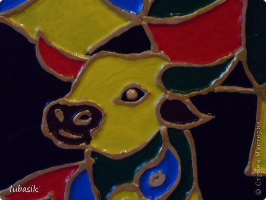 Вдохновили на эту работу, так сказать, дали толчок панно с гороскопом Танечки Сорокиной https://stranamasterov.ru/node/764282 . Идея сделать шпатлёвочные узоры в цвете пришла, когда Наташа ( Polihrony)  познакомила меня со шпатлёвочными работами Келтмы   http://www.liveinternet.ru/users/keltma/rubric/4338744/. Но Наташа Воробьёва (keltma) работала с замечательными красками Pebeo Prizma, дающих потрясающе интересный и иногда непредсказуемый эффект.  У меня таких красок нет, а попробовать очень хотелось. Взяла обычные акриловые глянцевые краски. Дома были только такие яркие краски, получилось что - то типа витража. фото 5