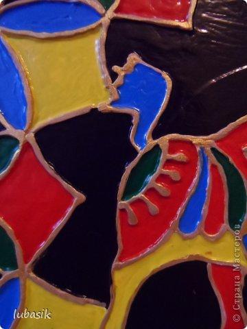 Вдохновили на эту работу, так сказать, дали толчок панно с гороскопом Танечки Сорокиной https://stranamasterov.ru/node/764282 . Идея сделать шпатлёвочные узоры в цвете пришла, когда Наташа ( Polihrony)  познакомила меня со шпатлёвочными работами Келтмы   http://www.liveinternet.ru/users/keltma/rubric/4338744/. Но Наташа Воробьёва (keltma) работала с замечательными красками Pebeo Prizma, дающих потрясающе интересный и иногда непредсказуемый эффект.  У меня таких красок нет, а попробовать очень хотелось. Взяла обычные акриловые глянцевые краски. Дома были только такие яркие краски, получилось что - то типа витража. фото 7