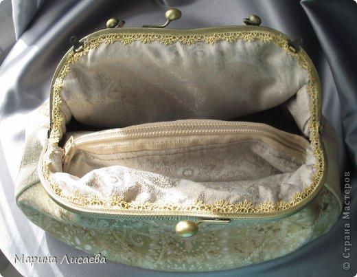 Здравствуйте, мои дорогие жители СМ! Предыдущую сумочку я уже подарила невестке, ну а себе сшила новую. Сумочка полностью из натуральной кожи. Размеры: ширина -30см., высота- 21см., ширина донышка- 10см. Из опыта фотографирования предыдущей сумочки поняла, что надо ее наполнять перед съемкой. За синтепоном лезть поленилась, а так как я собираюсь уезжать и под рукой лежали пара шортов, я решила ими и наполнить сумочку. Каково же было мое удивление, когда я поняла, что этого мало. Так туда еще положила две футболки, а сумка так и не набилась особо. фото 5