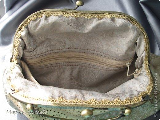Здравствуйте, мои дорогие жители СМ! Предыдущую сумочку я уже подарила невестке, ну а себе сшила новую. Сумочка полностью из натуральной кожи. Размеры: ширина -30см., высота- 21см., ширина донышка- 10см. Из опыта фотографирования предыдущей сумочки поняла, что надо ее наполнять перед съемкой. За синтепоном лезть поленилась, а так как я собираюсь уезжать и под рукой лежали пара шортов, я решила ими и наполнить сумочку. Каково же было мое удивление, когда я поняла, что этого мало. Так туда еще положила две футболки, а сумка так и не набилась особо. фото 6