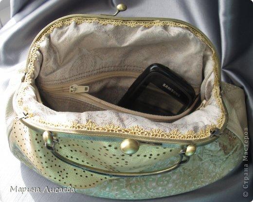 Здравствуйте, мои дорогие жители СМ! Предыдущую сумочку я уже подарила невестке, ну а себе сшила новую. Сумочка полностью из натуральной кожи. Размеры: ширина -30см., высота- 21см., ширина донышка- 10см. Из опыта фотографирования предыдущей сумочки поняла, что надо ее наполнять перед съемкой. За синтепоном лезть поленилась, а так как я собираюсь уезжать и под рукой лежали пара шортов, я решила ими и наполнить сумочку. Каково же было мое удивление, когда я поняла, что этого мало. Так туда еще положила две футболки, а сумка так и не набилась особо. фото 7