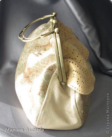 Здравствуйте, мои дорогие жители СМ! Предыдущую сумочку я уже подарила невестке, ну а себе сшила новую. Сумочка полностью из натуральной кожи. Размеры: ширина -30см., высота- 21см., ширина донышка- 10см. Из опыта фотографирования предыдущей сумочки поняла, что надо ее наполнять перед съемкой. За синтепоном лезть поленилась, а так как я собираюсь уезжать и под рукой лежали пара шортов, я решила ими и наполнить сумочку. Каково же было мое удивление, когда я поняла, что этого мало. Так туда еще положила две футболки, а сумка так и не набилась особо. фото 4