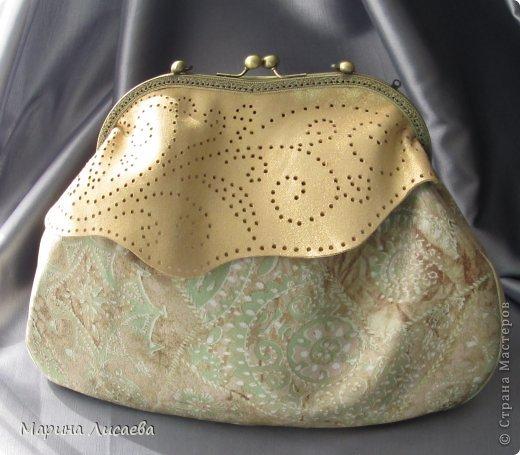 Здравствуйте, мои дорогие жители СМ! Предыдущую сумочку я уже подарила невестке, ну а себе сшила новую. Сумочка полностью из натуральной кожи. Размеры: ширина -30см., высота- 21см., ширина донышка- 10см. Из опыта фотографирования предыдущей сумочки поняла, что надо ее наполнять перед съемкой. За синтепоном лезть поленилась, а так как я собираюсь уезжать и под рукой лежали пара шортов, я решила ими и наполнить сумочку. Каково же было мое удивление, когда я поняла, что этого мало. Так туда еще положила две футболки, а сумка так и не набилась особо.
