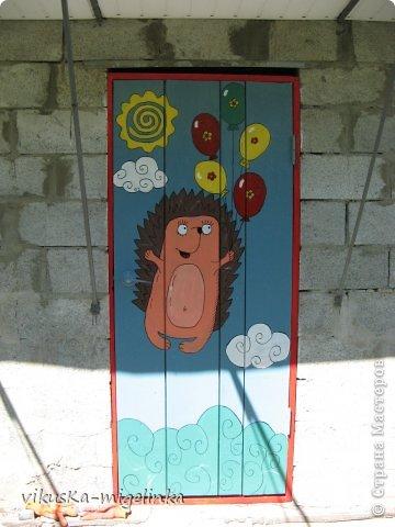 Искала рисунки ёжиков, чтоб обновить ворота,  так как старые  рисунки и облезли, и надоели, вот нашла таких вот красавцев, которых нарисовал Дмитрий А. Дмитриев, и сразу же влюбилась в них ))) Кому интересно, можете посмотреть этих ёжиков здесь: http://ejik-land.ru/pictures/page23.html фото 2