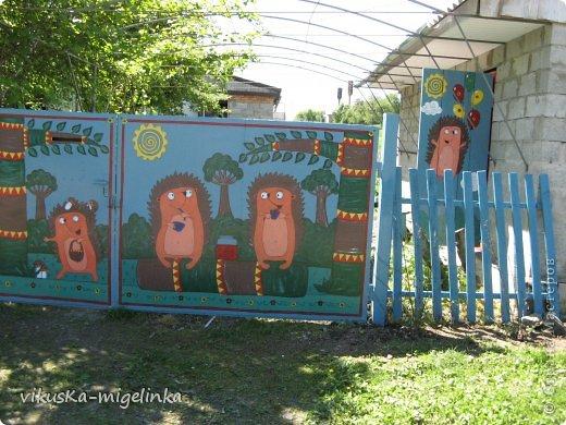 Искала рисунки ёжиков, чтоб обновить ворота,  так как старые  рисунки и облезли, и надоели, вот нашла таких вот красавцев, которых нарисовал Дмитрий А. Дмитриев, и сразу же влюбилась в них ))) Кому интересно, можете посмотреть этих ёжиков здесь: http://ejik-land.ru/pictures/page23.html фото 3