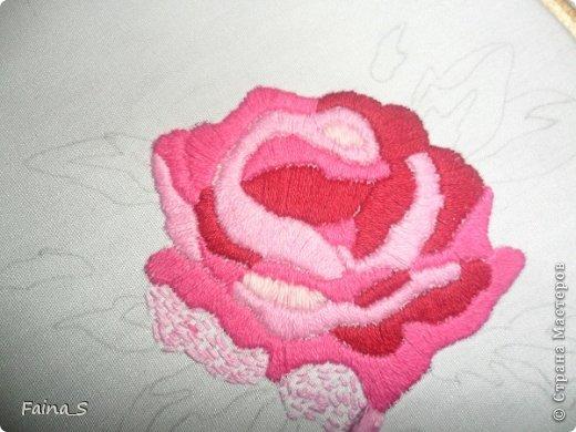 Подушка «Роза». Подушка выполнена по книге Тоне Финнангер «Тильда. Загородный дом». В книге описано, как сшить подушку, но нет описания вышивки розы. Поэтому предлагаю мастер-класс по вышивке гладью с настилом.<br /><br /><br /> фото 7