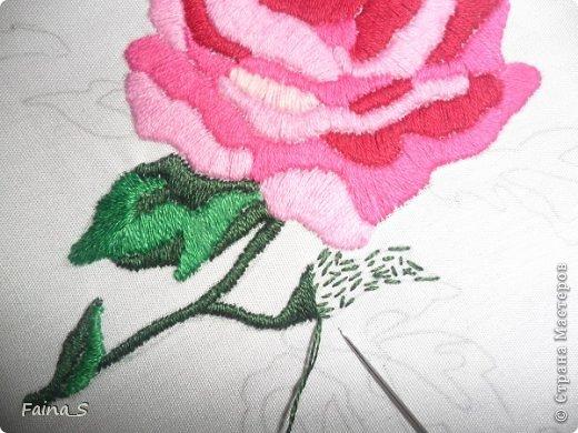 Подушка «Роза». Подушка выполнена по книге Тоне Финнангер «Тильда. Загородный дом». В книге описано, как сшить подушку, но нет описания вышивки розы. Поэтому предлагаю мастер-класс по вышивке гладью с настилом.<br /><br /><br /> фото 8