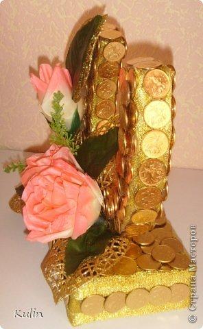Вот такая подковка сложилась на заказ в подарок молодоженам. Уж не знаю, что за мода пошла, но на свадьбу подавай либо сердечки из монет, либо подковки...опять же из монет... фото 3