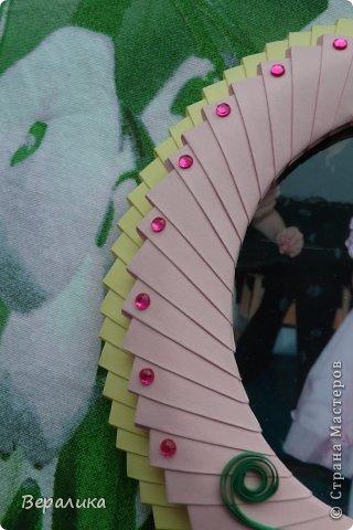 Давно заглядывалась на рамочки -оригами из модулей!!!А тут попалось на глаза не пристроенное фото внучки в 5-летнем возрасте. Решила попробовать...Делала по МК Динаши http://stranamasterov.ru/node/266071    Оказывается, саму рамочку делать несложно, сложнее было ее украсить.Рамочка небольшая:13х14см фото 7