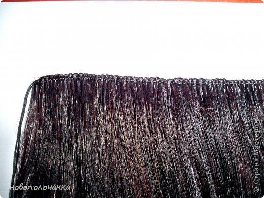 Давно (лет 40 назад )в молодости очень модны были высокие причёски (многие помнят это) В продаже почти не было тогда париков и шиньонов, а если были то очень дорогие. В те времена многие делали шиньон даже из конских волос (дефицит был на всё). Я была очень любопытна (да и сейчас так же), и многое делала своими руками. Плетение парика подсмотрела украдкой тогда у одной женщины, как она это делала (как сейчас говорят - был её бизнес) поэтому никому своё мастерство не передавала. В данный момент делаю сложную поделку - подарок для дочки. И там есть кукла «Хозяйка медной горы» для нее делаю парик из натуральных волос. Пришлось, много потрудится, чтоб вспомнить, как это делается. Просмотрела весь интернет МК не нашла, зато узнала ,что натуральные или искусственные волосы сплетённые в ряд,где основа нить -тресс. Делюсь с вами,как делается тресс для парика или шиньона. фото 1