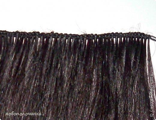 Давно  (лет 40 назад )в молодости очень модны были  высокие причёски (многие  помнят это) В продаже почти не было тогда париков и шиньонов, а если были то очень дорогие.    В те времена многие делали шиньон даже из конских  волос (дефицит был на  всё).  Я была  очень любопытна (да и сейчас так же),  и многое делала своими руками. Плетение  парика подсмотрела украдкой  тогда  у одной женщины, как она это делала (как сейчас говорят -  был её бизнес) поэтому никому своё мастерство не передавала. В данный  момент делаю сложную поделку - подарок для дочки. И там есть кукла «Хозяйка медной горы»  для нее делаю парик  из натуральных волос. Пришлось, много потрудится, чтоб вспомнить, как это делается. Просмотрела весь интернет  МК не нашла, зато узнала ,что натуральные или искусственные волосы сплетённые в ряд,где основа нить -тресс. Делюсь с вами,как делается тресс для парика или шиньона.  фото 15