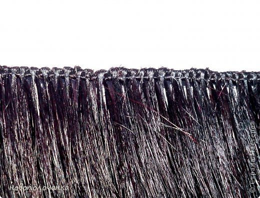 Давно  (лет 40 назад )в молодости очень модны были  высокие причёски (многие  помнят это) В продаже почти не было тогда париков и шиньонов, а если были то очень дорогие.    В те времена многие делали шиньон даже из конских  волос (дефицит был на  всё).  Я была  очень любопытна (да и сейчас так же),  и многое делала своими руками. Плетение  парика подсмотрела украдкой  тогда  у одной женщины, как она это делала (как сейчас говорят -  был её бизнес) поэтому никому своё мастерство не передавала. В данный  момент делаю сложную поделку - подарок для дочки. И там есть кукла «Хозяйка медной горы»  для нее делаю парик  из натуральных волос. Пришлось, много потрудится, чтоб вспомнить, как это делается. Просмотрела весь интернет  МК не нашла, зато узнала ,что натуральные или искусственные волосы сплетённые в ряд,где основа нить -тресс. Делюсь с вами,как делается тресс для парика или шиньона.  фото 16