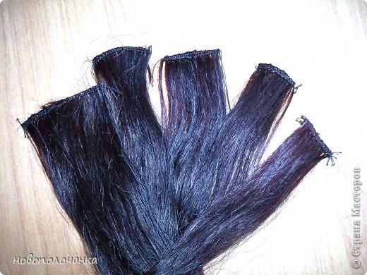 Давно (лет 40 назад )в молодости очень модны были высокие причёски (многие помнят это) В продаже почти не было тогда париков и шиньонов, а если были то очень дорогие. В те времена многие делали шиньон даже из конских волос (дефицит был на всё). Я была очень любопытна (да и сейчас так же), и многое делала своими руками. Плетение парика подсмотрела украдкой тогда у одной женщины, как она это делала (как сейчас говорят - был её бизнес) поэтому никому своё мастерство не передавала. В данный момент делаю сложную поделку - подарок для дочки. И там есть кукла «Хозяйка медной горы» для нее делаю парик из натуральных волос. Пришлось, много потрудится, чтоб вспомнить, как это делается. Просмотрела весь интернет МК не нашла, зато узнала ,что натуральные или искусственные волосы сплетённые в ряд,где основа нить -тресс. Делюсь с вами,как делается тресс для парика или шиньона. фото 17
