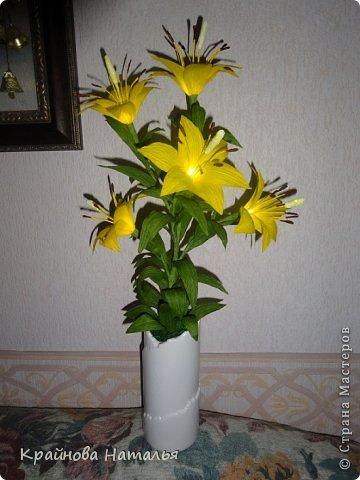 Всем здравствуйте! Продолжаю учиться кристальным цветам... На прошедшей неделе дома появилась вот такая вазочка с жёлтыми лилиями.  фото 1