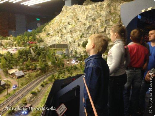 """27 мая мы закончили монтаж стенда Страны Мастеров на выставке """"Время кукол №13"""" и на следующий день отправились с нашими мастерами осматривать достопримечательности Санкт-Петербурга. Надо сказать, что город нас встретил """"питерской погодой"""". Из Москвы мы выезжали, когда градусник показывал +28. Всего каких-то 4 часа в поезде - и на вокзале нас уже ждала температура +8 и дождь. Представляете перепад? Вот и на следующий день был просто ливень. Но мы запаслись зонтами и дождевиками и отправились смотреть произведение, которое не может не заинтересовать мастеров - Гранд Макет Россия. Как сказал автор этого проекта Сергей Морозов: """"Как театральную постановку, художественный фильм или литературное произведение Гранд Макет Россия нужно воспринимать образно. И, надеюсь, в памяти каждого посетителя, увиденное останется не как миниатюрная модель страны, а как художественно переданный собирательный образ России."""" фото 5"""