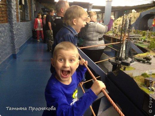 """27 мая мы закончили монтаж стенда Страны Мастеров на выставке """"Время кукол №13"""" и на следующий день отправились с нашими мастерами осматривать достопримечательности Санкт-Петербурга. Надо сказать, что город нас встретил """"питерской погодой"""". Из Москвы мы выезжали, когда градусник показывал +28. Всего каких-то 4 часа в поезде - и на вокзале нас уже ждала температура +8 и дождь. Представляете перепад? Вот и на следующий день был просто ливень. Но мы запаслись зонтами и дождевиками и отправились смотреть произведение, которое не может не заинтересовать мастеров - Гранд Макет Россия. Как сказал автор этого проекта Сергей Морозов: """"Как театральную постановку, художественный фильм или литературное произведение Гранд Макет Россия нужно воспринимать образно. И, надеюсь, в памяти каждого посетителя, увиденное останется не как миниатюрная модель страны, а как художественно переданный собирательный образ России."""" фото 4"""