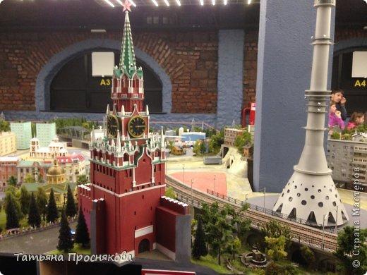 """27 мая мы закончили монтаж стенда Страны Мастеров на выставке """"Время кукол №13"""" и на следующий день отправились с нашими мастерами осматривать достопримечательности Санкт-Петербурга. Надо сказать, что город нас встретил """"питерской погодой"""". Из Москвы мы выезжали, когда градусник показывал +28. Всего каких-то 4 часа в поезде - и на вокзале нас уже ждала температура +8 и дождь. Представляете перепад? Вот и на следующий день был просто ливень. Но мы запаслись зонтами и дождевиками и отправились смотреть произведение, которое не может не заинтересовать мастеров - Гранд Макет Россия. Как сказал автор этого проекта Сергей Морозов: """"Как театральную постановку, художественный фильм или литературное произведение Гранд Макет Россия нужно воспринимать образно. И, надеюсь, в памяти каждого посетителя, увиденное останется не как миниатюрная модель страны, а как художественно переданный собирательный образ России."""""""