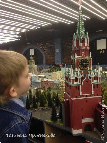 """27 мая мы закончили монтаж стенда Страны Мастеров на выставке """"Время кукол №13"""" и на следующий день отправились с нашими мастерами осматривать достопримечательности Санкт-Петербурга. Надо сказать, что город нас встретил """"питерской погодой"""". Из Москвы мы выезжали, когда градусник показывал +28. Всего каких-то 4 часа в поезде - и на вокзале нас уже ждала температура +8 и дождь. Представляете перепад? Вот и на следующий день был просто ливень. Но мы запаслись зонтами и дождевиками и отправились смотреть произведение, которое не может не заинтересовать мастеров - Гранд Макет Россия. Как сказал автор этого проекта Сергей Морозов: """"Как театральную постановку, художественный фильм или литературное произведение Гранд Макет Россия нужно воспринимать образно. И, надеюсь, в памяти каждого посетителя, увиденное останется не как миниатюрная модель страны, а как художественно переданный собирательный образ России."""" фото 19"""