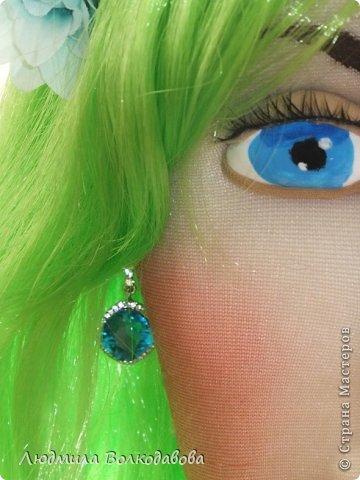 На создание этой куклы меня вдохновил зеленый парик. Дело было перед новым годом. Я покупала все необходимое к празднику, и увидела этот замечательный парик. Мне захотелось сшить русалочку. Вроде бы все удалось. Жаль что не видно как сияют пайетки... фото 5