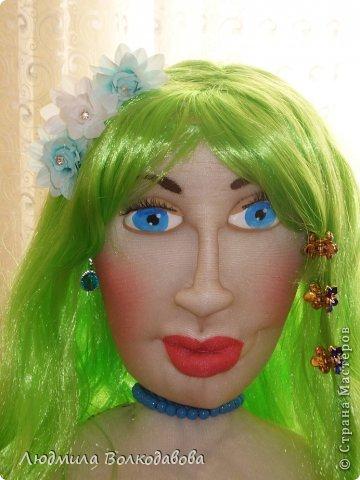 На создание этой куклы меня вдохновил зеленый парик. Дело было перед новым годом. Я покупала все необходимое к празднику, и увидела этот замечательный парик. Мне захотелось сшить русалочку. Вроде бы все удалось. Жаль что не видно как сияют пайетки... фото 6