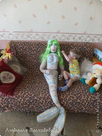 На создание этой куклы меня вдохновил зеленый парик. Дело было перед новым годом. Я покупала все необходимое к празднику, и увидела этот замечательный парик. Мне захотелось сшить русалочку. Вроде бы все удалось. Жаль что не видно как сияют пайетки... фото 14
