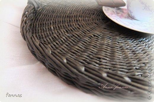 Здравствуйте!!! Сегодня у меня чистая классика - поднос. На заказ. Трубочки из потребительской бумаги.Крашены в\м палисандр.Покрыт аквалаком матовым.Бортик высотой 2,5 см. фото 3