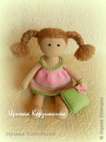 Всем привет! Сегодня я решила показать вам новую вязаную куколку. Куколка, действительно, для меня новая. По конструкции и техническому исполнению, так сказать.))) Когда я задумывала связать эту малышку (а это было еще в начале января), мне хотелось сделать эдакую пышечку-толстушечку. Образ придумался такой - малышка в ночнушке с подушкой в ручке. ))) И название рабочее - Толстушка с подушкой. Начала делать, но постоянно отвлекалась на другие важные и срочные дела. Поэтому моя Толстушка была закончена только несколько дней назад. Толстушка получилась не такой уж и толстушкой. )))) Мой старший сын сказал - это просто маленькая девочка! Совсем маленькая! ))) Как-то сразу появилось у нее имя - Бусинка. Что же..., так тому и быть! Представляю вам малышку Бусинку! фото 1