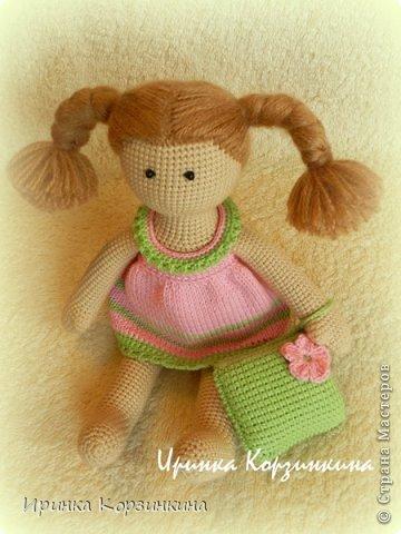 Всем привет! Сегодня я решила показать вам новую вязаную куколку. Куколка, действительно, для меня новая. По конструкции и техническому исполнению, так сказать.))) Когда я задумывала связать эту малышку (а это было еще в начале января), мне хотелось сделать эдакую пышечку-толстушечку. Образ придумался такой - малышка в ночнушке с подушкой в ручке. ))) И название рабочее - Толстушка с подушкой. Начала делать, но постоянно отвлекалась на другие важные и срочные дела. Поэтому моя Толстушка была закончена только несколько дней назад. Толстушка получилась не такой уж и толстушкой. )))) Мой старший сын сказал - это просто маленькая девочка! Совсем маленькая! ))) Как-то сразу появилось у нее имя - Бусинка. Что же..., так тому и быть! Представляю вам малышку Бусинку! фото 3