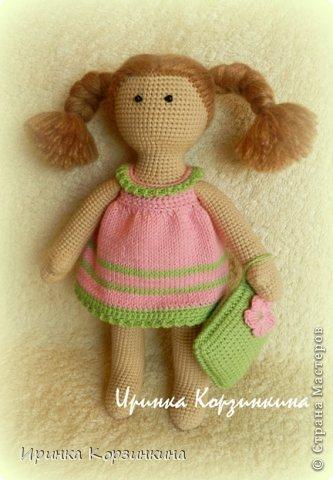 Всем привет! Сегодня я решила показать вам новую вязаную куколку. Куколка, действительно, для меня новая. По конструкции и техническому исполнению, так сказать.))) Когда я задумывала связать эту малышку (а это было еще в начале января), мне хотелось сделать эдакую пышечку-толстушечку. Образ придумался такой - малышка в ночнушке с подушкой в ручке. ))) И название рабочее - Толстушка с подушкой. Начала делать, но постоянно отвлекалась на другие важные и срочные дела. Поэтому моя Толстушка была закончена только несколько дней назад. Толстушка получилась не такой уж и толстушкой. )))) Мой старший сын сказал - это просто маленькая девочка! Совсем маленькая! ))) Как-то сразу появилось у нее имя - Бусинка. Что же..., так тому и быть! Представляю вам малышку Бусинку! фото 4