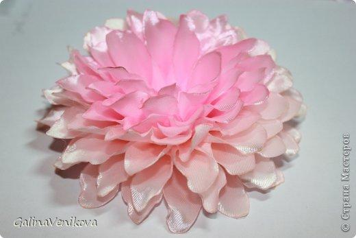 """Доброго времени суток,дорогие мастерицы! Хочу поделиться своей новой работой. В Стране Мастеров такого мастер-класса не нашла, хотя на просторах интернета этот цветок очень популярный, поэтому спешу поделиться тем, как он делается. Такой георгин получается очень красивый и пышный (страсть как люблю пышные цветы!), а делать его совсем не сложно.P.S. Как оказалось, МК такого георгина принадлежит Киселевой Наталье (сайт """"Канзаши для вас"""", мастер-класс """"Георгин сорта Натали""""). Спасибо ей за прекрасные работы. фото 19"""