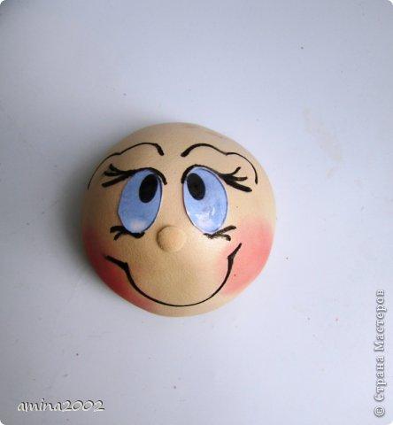 Добрый день! Предлагаю попробовать сделать веселый магнит на холодильник,у меня часто спрашивают -как я делаю куклы из фоамирана? В этом МК вы немного ознакомитесь с техникой изготовления изделий из фома. фото 23
