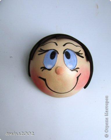 Добрый день! Предлагаю попробовать сделать веселый магнит на холодильник,у меня часто спрашивают -как я делаю куклы из фоамирана? В этом МК вы немного ознакомитесь с техникой изготовления изделий из фома. фото 24