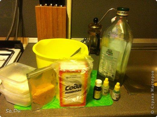 для изготовление бомбочек я взяла: - сода (4 ст.лож.) - сухие сливки (4 ст.лож.) - лимонная кислота (2 ст.лож.) - 1 ст.лож. оливкового масла - 1 ст.лож. масла жожоба - краситель - отдушка - жемчужены для ванн - форма фото 1