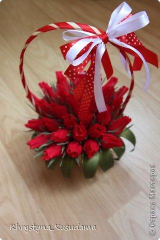 корзинка с красными бутонами фото 2