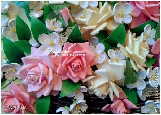 Добрый день! Хочу сегодня представить Вам мою новую работу: корзину наполненную розами и жасмином. Все цветочки сделаны в ручную до последней тычинки. Корзина - распечатка, листочки тоже. Размер картины в раме - 45 на 55 см. фото 2