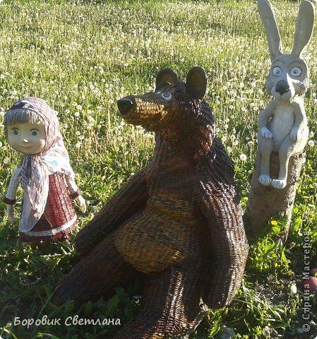 Маша и медведь. Медведь сплетен из газетных трубочек. Заяц (каркас, монтажная пена, плиточный клей) фото 1