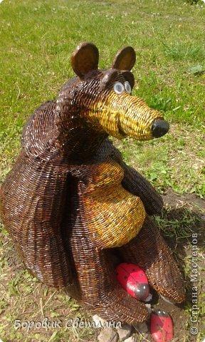 Маша и медведь. Медведь сплетен из газетных трубочек. Заяц (каркас, монтажная пена, плиточный клей) фото 2