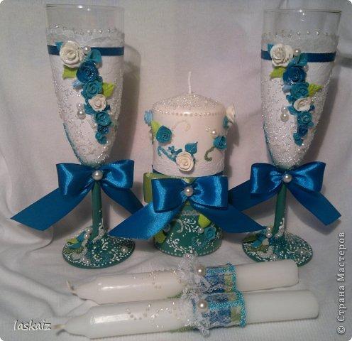 Добрый день всем,всем! Попросили сделать набор на свадьбу. Итог перед вами. Состоит из 4 бокалов,двух бутылок,большой свечи,двух маленьких, топиария,подсвечников и замочка. Теперь все по отдельности и с детальками)) фото 1