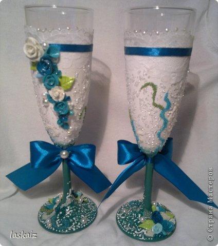 Добрый день всем,всем! Попросили сделать набор на свадьбу. Итог перед вами. Состоит из 4 бокалов,двух бутылок,большой свечи,двух маленьких, топиария,подсвечников и замочка. Теперь все по отдельности и с детальками)) фото 11