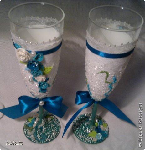 Добрый день всем,всем! Попросили сделать набор на свадьбу. Итог перед вами. Состоит из 4 бокалов,двух бутылок,большой свечи,двух маленьких, топиария,подсвечников и замочка. Теперь все по отдельности и с детальками)) фото 12